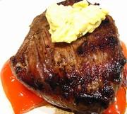 Hovězí steak na grilu s ostrým bylinkovým máslem